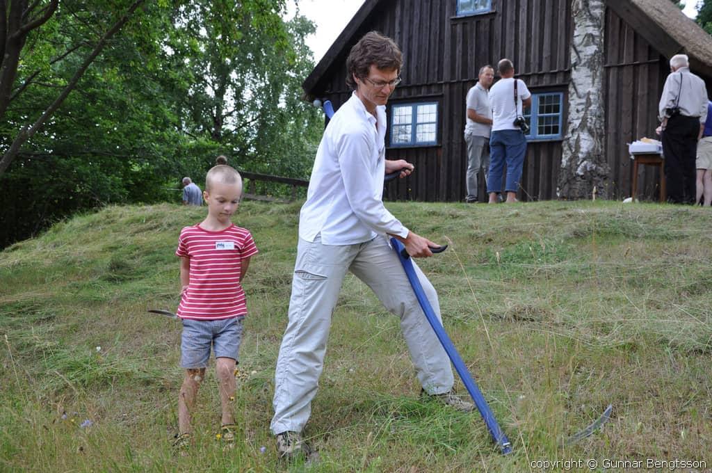 Kristin Ovik slår gräset